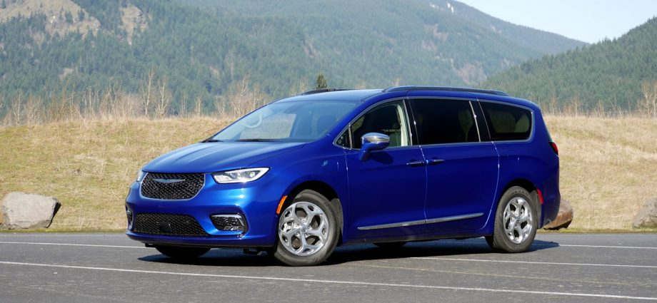 The Chrysler Pacifica has actually creative incorporated roofing system shelf bars
